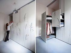 GARDEROBE: Sjekk hvordan man gjorde plass til klær i denne mikroskopiske leiligheten.
