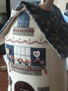 Sewing crafts to sell pin cushions 21 ideas House Quilts, Fabric Houses, Doorstop Pattern, Sewing Crafts, Sewing Projects, Felt House, Quilted Gifts, Wool Applique, Fabric Scraps