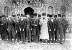 OSMANLI HİLAFETİ ve ATATÜRK Emevi içtihadını savunan bazı köktendinciler sanki başka işleri yokmuş gibi sürekli Atatürk'e çatar ve onu kötülerler. Üstelik onu dinsiz ilan ederek İslam düşmanı göste…