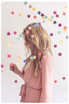 DIY star garland - This would also be super cute on the Christmas tree, with different colors obviously. Star Garland, Bunting Garland, Buntings, Star Banner, Paper Bunting, Diy Backdrop, Backdrop Decorations, Star Decorations, Christmas Decorations