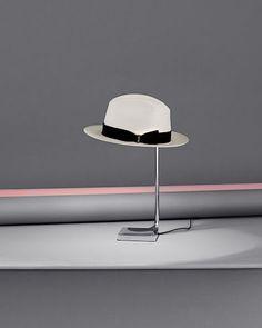 Inspirací pro tuto lampu byla Phillipu Starckovi známá scéna z Bondovek, kdy agent 007 nakráčí do místnosti a elegantním pohybem odhodí klobouk přímo na věšák.