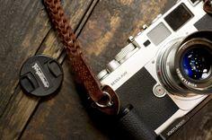 I really want a nice camera! Love taking photos Camera Nikon, Camera Gear, Camera Case, Leather Camera Strap, Rangefinder Camera, Retro Camera, Camera Obscura, Vintage Cameras, Film Photography