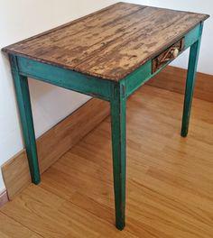 Antigua mesa tocinera en verde esmeralda/Little old table in emerald green Primitive Tables, Primitive Furniture, Ethnic Home Decor, Emerald Green, Chalk Paint, Sweet Home, Shabby Chic, Woodworking, Kitchen