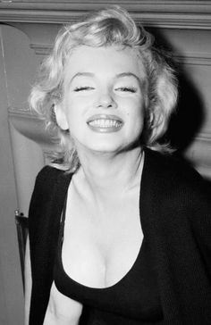 marilyn monroe 1956 = I hope your day is filled with great big smiles. Elvis Presley, Marilyn Monroe Fotos, Stars News, She's A Lady, Gentlemen Prefer Blondes, Star Wars, Norma Jeane, Famous Women, Vintage Hollywood