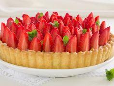 Pie de fresa | Prepara éste delicioso pie de fresa para compartir con tu familia y amigos. Tiene un relleno cremoso y dulce con un intenso sabor a fresa. Es una receta muy fácil de preparar y no necesitas muchos ingredientes para hacerla. Tu seres queridos quedarán sorprendidos con éste pie de fresa.