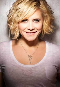 Short Wavy Haircuts for Women: Hairstyles with Side-swept Bangs