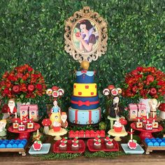 "37 curtidas, 3 comentários - Andressa Pinheiro (@floressadecoracoes) no Instagram: ""Segunda do dia!! Branca de neve!! ❤❤ #floressa #festalinda #amomuito #brancadeneve #7anoes #flores…"" 7th Birthday Party Ideas, 1st Boy Birthday, First Birthday Parties, First Birthdays, Snow White Fairytale, Snow White Disney, Disney Themed Cakes, Snow White Birthday, Disney Princess Birthday"