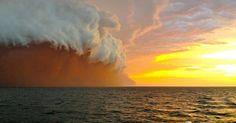 Es sieht aus wie eine gewaltige rote Welle – in Wirklichkeit handelt es sich um eine Wand aus aufgewirbeltem Sand und Staub. Festgehalten hat dieses atemberaubende Naturereignis ein Seemann vor der australischen Küste.