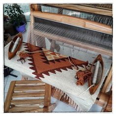 Weaving in progress 💚 Weaving Textiles, Weaving Patterns, Tapestry Weaving, Navajo Weaving, Loom Weaving, Hand Weaving, Tear, Weaving Techniques, Textile Art