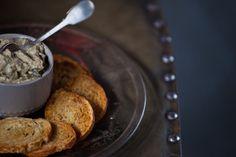 Patê de berinjela assada   Receita Panelinha:  Inspirado na clássica babaganoush, pasta árabe de berinjela com tahine, esse patê de berinjela assada faz o maior sucesso em qualquer ocasião.