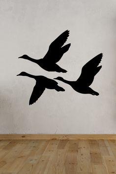 Get back to nature with this flying duck wall decal. Vogel Silhouette, Duck Silhouette, Flying Bird Silhouette, Stencil Patterns, Stencil Art, Stencils, Sculpture Metal, Wood Burning Patterns, Scroll Saw Patterns