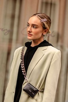 Accessories clips Headbands, Pins, & Satin Bows: Hair Accessories Take Over NYFW Street Style Paris Fashion Week Winter Hairstyles, Scarf Hairstyles, Nyfw Street Style, Street Styles, Scrunchies, Old Hollywood Waves, Balayage Blond, Kate Hudson, Satin Bows