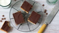 Millionaire Shortbread The clue to the richness of this recipe is in the name. Millionaire& shortbread is devilishly easy to make and so popular. Shortbread Recipe Bbc, Caramel Shortbread, Shortbread Bars, Tray Bake Recipes, Baking Recipes, Dessert Recipes, Baking Ideas, Millionaire Shortbread Recipe, Short Bread