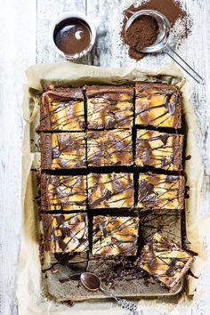 Heute trifft cremiger Frischkäse auf schokoladig-nussigen Kuchen. Was für eine unschlagbar leckere Kombination. Cheesecake Brownies!