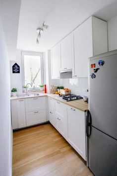 49 Small Kitchen Ideas That Will Make You Feel Roomy 49 Small Kitchen Ideas That Will Make You Feel Roomy Wilma Spielen welldonecrochet Home - Küche 10 Styles Perfect for Your Tiny Kitchen area Wilma Spielen 10 Styles Perfect for Your Tiny Kitchen area Kitchen Sets, New Kitchen, Kitchen Decor, Kitchen Hacks, 10x10 Kitchen, Kitchen Nook, Cheap Kitchen, Classic Kitchen, Refacing Kitchen Cabinets