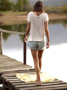 Short en jean ample + tee-shirt loose = l'ultime uniforme estival !
