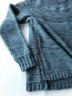 Look at the buttons along the side! 💗 Ravelry: Project Gallery for Waking Tide Pullover pattern by Courtney Spainhower Sweater Knitting Patterns, Knit Patterns, Baby Knitting, Yarn Twist, Baby Doll Clothes, Knit Picks, Wool Yarn, Pulls, Knitting Projects