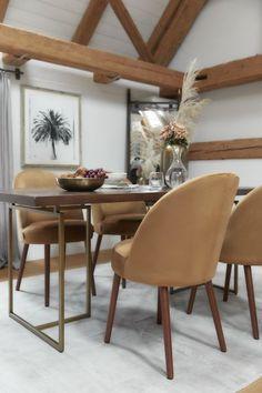 Liebe zu Möbeln, global inspirierte Einrichtung, Produkte mit Seele. So könnte man wohl am treffendsten Dutchbone beschreiben. Beeinflußt und gewachsen durch Reisen und die Farben der Erde, entstehen in handwerklicher Kunst Heimtextilien, Deko-Artikel, Leuchten und Möbelstücke, die den Spirit und das Leben in unser Zuhause bringen. Jetzt bei WestwingNow entdecken! // Wohnzimmer Esszimmer Deko Einrichten Modern Holz Samt #Wohnzimmer #Deko #Dutchbone Natural Living, Sofa Chester, Lampe Decoration, Tables Basses, Chaise Bar, Dining Chairs, Furniture, Home Decor, Barbell