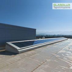 Diese GLASOLUX Pultdach-Verglasung sorgt für Licht und Luft im Inneren des Industriegebäudes. Es ist ein Lichtband aus modularen A98 Fenstereinheiten, von denen einige zu öffnende Module sind. Flat Screen, Walk In, Windows, Blood Plasma, Flatscreen, Dish Display