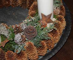 Årets adventskrans Snowman Decorations, Outdoor Christmas Decorations, Christmas Wreaths, Xmas, Paper Snowflake Template, Lantern Christmas Decor, Advent Wreath, Minimalist Christmas, Red Candles