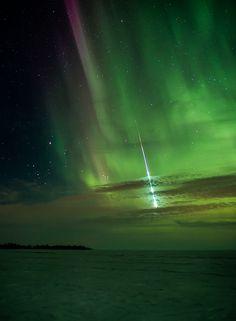 Aurora boreal y meteorito