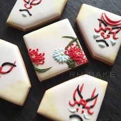 Kabuki cookies. RH-Bake 隈取りと菊クッキー。 Japanese Patterns, Japanese Design, Japanese Style, Royal Icing Cookies, Sugar Cookies, Cookie Decorating, Decorated Cookies, Baking, Asian