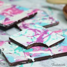 painted chocolates - Show off your artistic side while stepping up your chocolate game. Candy Recipes, Sweet Recipes, Dessert Recipes, Just Desserts, Delicious Desserts, Yummy Food, Yummy Treats, Sweet Treats, Chocolate Bark