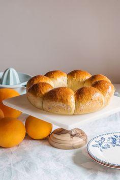 Pan dulce de naranja y anís sobre stand de mármol con pie de madera Este pan dulce de naranja y anís tiene unos aromas muy tradicionales, habituales en gran parte de la dulcería española. Además, es una masa que hacemos con aceite de oliva, sin...