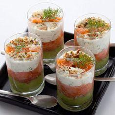Verrines de saumon fumé à la crème d'avocat : 30 recettes de verrines salées - Journal des Femmes