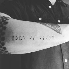 Tatuaje en braille ''love is blind''