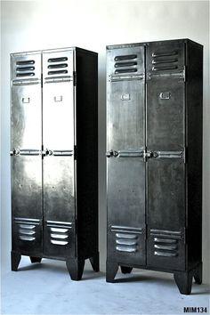 Paire de vestiaires industriels, vers 1930, jolis détails de charnière, entièrement riveté, intérieur composé de 2 étagères hautes à clapet, possibilité aménagement intérieur (étagères), métal graphite.