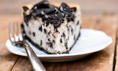 National Cheesecake Day and I'm celebrating by sharing this decadent and delicious Cheesecake Factory copycat recipe. That's right, hold on to your hats and get out your forks for this Loaded Oreo Vegan Cheesecake! Cheesecake Factory Vegan, Vegan Cheesecake, Cheesecake Recipes, Cheese Cake Factory, Mint Chocolate Cheesecake, Peppermint Cheesecake, Chocolate Frosting, Brownie Deserts, Vegan Brownie