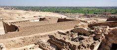 O Instituto Nacional de Antropologia e Historia (INAH) anunciou a descoberta de 30 sepulturas pré-hispânicas e uma pirâmide num povoado no leste do México que se estima ter 2000 anos.