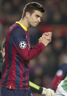GRA358. BARCELONA, 11/12/20123.- El defensa del FC Barcelona, Gerard Piqué (i), se lamenta de una ocasión fallida durante el partido corresp...