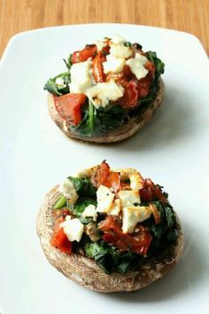 2 portobello's 1 grote tomaat 2 handjes verse spinazie 1 teen knoflook Italiaanse kruiden Feta Kokosolie (om in te bakken)   verwarm oven voor op 200 graden  maak de portobello's schoon (niet met water) en leg ze in ovenschaal. fruit de knoflook, bak 2 handen spinazie + gesneden tomaat, voeg italiaanse kruiden toe.  Vul de portobello's als volgt: eerste wat feta, schep nu wat tomatenblokjes in de portobello's, vervolgens de spinazie, nu weer wat tomatenblokjes en bovenop stukjes feta.: