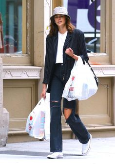 She may be a young millionaire model, but she doesn't need assistants for the simple things. On Thursday, Kaia Gerber was seen lugging her own groceries while out in NYC. High Street Fashion, Street Style, 90s Fashion, Fashion Models, Fashion Outfits, Curvy Fashion, Fashion Trends, Kaia Gerber, Outfits With Hats
