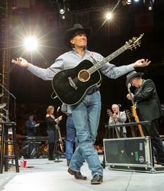 George Strait Photos Photos - George Strait performs at the Staples Center on February 2014 in Los Angeles, California. - George Strait Performs At The Staples Center Country Music Artists, Country Music Stars, Country Singers, Country Concert Outfit, Country Concerts, George Strait Family, Joyce Taylor, Country Men, Country Life