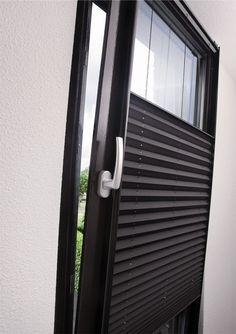 Mooi en handig gordijn voor een kantelraam en/of deur.