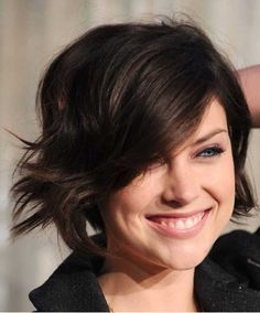 Jessica Stroup is a leading actor in Hollywood. She styles her hair in different style. She won the title of best hair style of the week. Short Brown Hair, Medium Short Hair, Short Straight Hair, Short Hair Cuts For Women, Medium Hair Styles, Curly Hair Styles, Short Cuts, Straight Haircuts, Curly Short