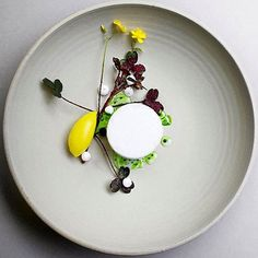Airy meringue with rapeseed oil, yellow beetroot sorbet & red oxalis. Incredible dish by @ronnyemborg. Photo by @signebirck #gastroart