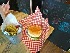 Moon Burger - Quoi ? : Restaurant de burgers Où ? : 29 bd de la Corderie 13007 Marseille Quand ? : Lun-Jeu. de 11 à 22h, Ven-sam de 11 à 02h. Dim. de 11 à 15h Combien ? : Burger de 6€ à 9€ / Dessert: 4€ / Menu: 10€ Des Questions ? : 04 91 01 74 86