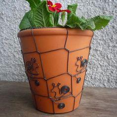 if i wire a pot. i could then hang it - šnečkový květináč Metal Jewelry, Beaded Jewelry, Jewellery, Cactus, Chicken Wire, Wire Art, Hanging Wire, Ceramic Art, Beautiful Gardens