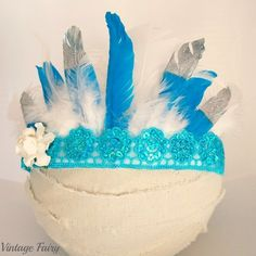 How stunning are our gatsby feather crowns Made with sequin lace, beautiful mixture of feathers and a matching flower that sits to the side. Featuring silver tipped feathers. Ties up in the back with ribbon Perfect accessory for a gatsby dress up party, 1950's party, wedding, or used for a photo prop