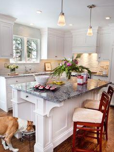 Aménagement d'une cuisine classique avec un plan de travail en granite.