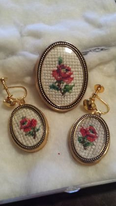 Vintage Petit Point Set Needlepoint Patterns, Free Items, Beautiful Roses, Cross Stitch Embroidery, Costume Jewelry, Diy And Crafts, Coin Purse, Pendants, Brooch