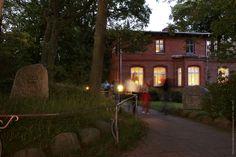 Kulturinteressierte Gäste schwärmen durch die Nacht. Gästehaus & Galerie  Dünenhaus in Ahrenshoop.  #Gästehaus #Dünenhaus #Ahrenshoop #Kunst