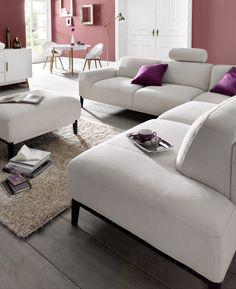 """Für alle, die es Zuhause gerne modern mögen:  Mit diesem großzügigen Sofa zieht eine neue  Wohlfühloase in euer Wohnzimmer ein! Der  edle Pastell-Farbton """"Ivory"""" lässt sich hervorragend  mit kontraststarken Trendfarben wie zum Beispiel  Marsala kombinieren. Viel Spaß beim Entspannen!"""