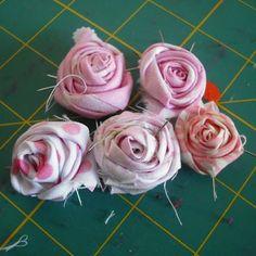 De petites roses en tissu