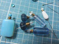 Nostalgie in 1zu12 - Perlen zu Parfümflakons mit Insektennadeln zudammengesteckt - Michaelas-Miniaturen blog