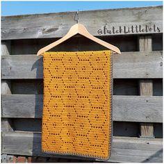 DutchLittleDots - Irene Haakt: Okergeel wiegdeken met honingraat patroon baby blanket honeycomb honeybee crochet golden gold yellow ocher ochre te koop for sale